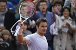 Federer Advances With Straight-Set